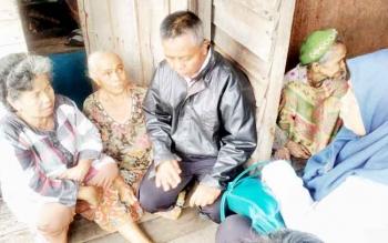 Tim dari Dinas Sosial Kota Palangka Raya mengunjungi Nenek Aminah, Rabu (8/3/2017).