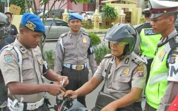 Anggota polisi juga tidak luput dari razia dengan sandi Operasi Simpatik Telabang 2017.