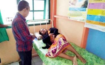 Seorang warga korban banjir saat mendapatkan perawatan kesehatan disalah satu ruang pengobatan di RSUD Hanau.