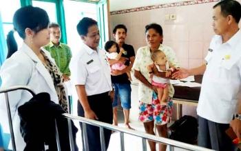 Wakil Bupati Sakariyas didampingi Direktur RSUD Mas Amsyar Kasongan, Noor Sanuri dan dokter spesialis anak, Dania saat mengunjungi dua balita pasien gizi buruk di Bangsal Melati, Rabu (8/3/2017)