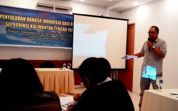 Tendy Kusumah Somantri yang menjadi narasumber dalam kegiatan Penyuluhan Bahasa Indonesia bagi Awak Media se-Provinsi Kalimantan Tengah, Rabu (8/3/2017) di Hotel Fovere Palangka Raya.