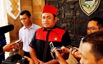 Anggota komisi II DPR RI Rahmat Nasution Hamka saat diwawancarai oleh sejumlah wartawan di halaman Kantor Bupati Barito Utara seusai menggelar pertemauan dengan pimpinan daerah.