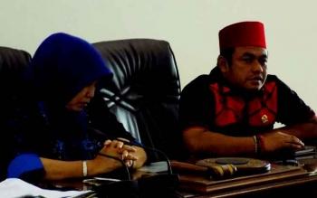 Anggota DPR RI, Rahmat Nasution Hamka bersama Wakil Ketua DPRD Barito Utara, Merry Rukaini saat memimpin pertemuan dengan anggota dewan