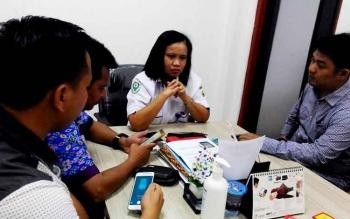 Direktur RSUD Kuala Kurun,Ruth Pakpahan (dua dari kanan) saat memberi keterangan kepada awak media, Rabu (8/3/2017)