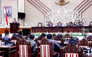 Juru Bicara Fraksi Gerindra Arisavanah saat membacakan pemandangan umum di DPRD Kalteng