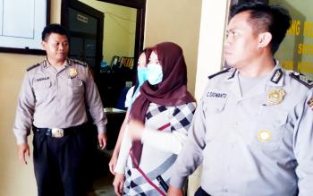 Pelaku airsan fiktif digiring polisi sebelum diekspos di Polsek Ketapang, Rabu (8/3/2017).