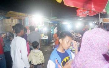 Suasana di pasar rakyat areal STQ tingkat Katingan Jalan Soekarno-Hatta Kasongan malam ini cukup ramai.