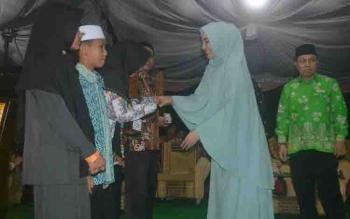 Wakil Ketua DPRD Katingan Endang Susilawatie menyerahkan piala kepada pemenang STQ II Kabupaten Katingan.