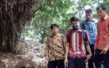 Kepala Desa Olung Muro, Kecamatan Siang Selatan, Kabupaten Murung Raya, Jenkis (batik coklat), menunjukan pipa pembuangan limbah PT Indo Muro Kencana yang langsung mengarah ke sungai, Kamis (9/3/2017).