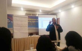 Penyuluh Balai Bahasa Kalteng, Basori, M.Hum memberikan penyuluhan bahasa kepada puluhan awak media di hotel Fovere, Palangka Raya, Kamis (9/3/2017). Katanya, bahasa Indonesia merupakan senjata pewarta.