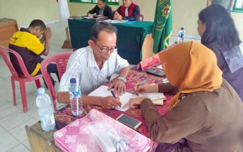 Salah seorang warga yang ditangkap merokok di RSUD dr Doris Sylvanus Palangka Raya menjalani sidang di kantor Kelurahan Menteng, Kamis (9/3/2018).