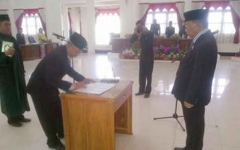 Akhmad Fauzi menandatangani surat Pergantian Antar-Waktu disaksikan oleh Wakil Ketua DPRD Barito Selatan, Hasanuddin Agani, Kamis (9/3/2017).
