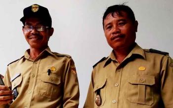 Kepala Desa Petak Bahandang, Kecamatan Kurun, Kabupaten Gunung Mas, Gad Ihing (kanan), berbincang dengan Kepala Desa Teluk Nyatu, Kecamatan Kurun Teras Verry.