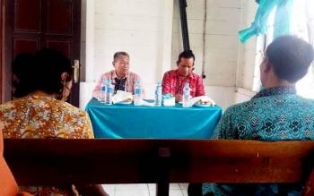 Kepala Dinas Kesehatan Barito Utara, Robansyah didampingi kepala puskesmas saat memimpin rapat kerja program kesehatan.