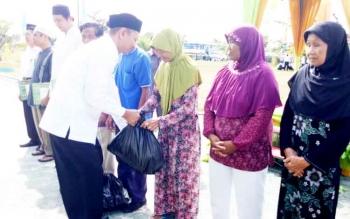 Kepala Kemenag Sukamara, Suyarno saat memberikan santunan berupa paket sembako kepada masyarakat kurang mampu di acara Bulan Bakti Kemenag.
