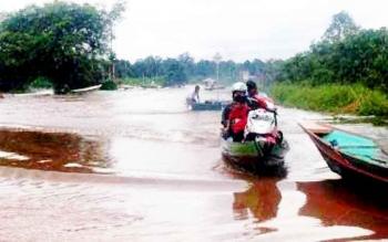 Kondisi jalan penghubung Pangkalan Bun-Kotawaringin Lama semakin memprihatinkan. Kini jalan tersebut tak bisa dilalui kendaraan roda empat, karena terendam banjir sepanjang enam kilometer.