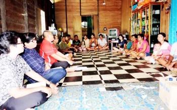 Dinsos Provinsi Kalteng dan Dinsos Gunung Mas melakukan pertemuan dengan calon penghuni perumahan KAT, Selasa (7/3/2017)