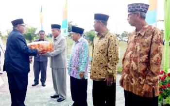 Bupati Sukamara Ahmad Dirman saat memberikan tali asih kepada pensiunan Pegawai Kemenag Sukamara pada acara Bulan Bakti Kemenag.