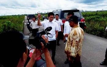 Bupati Barito Utara Nadalsyah saat menerangkan solusi pembukaan lahan untuk petani.