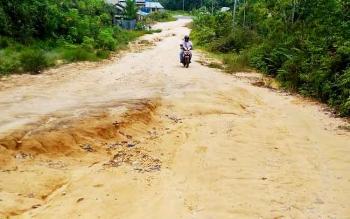 Jalan menuju SMKN 1 Kurun, Kabupaten Gumas saat ini kondisinya rusak parah. Pada 2017 ini jalan itu akan diperbaiki