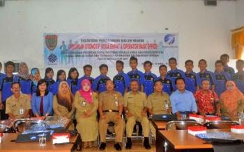 Kabid Pelatihan Kerja Pujo Harianto foto bersama dengan para peserta pelatihan