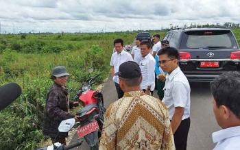 Bupati Barito Utara, Badalsyah bersama rombungan dan kelompok tani saat meninjau lahan cetak sawah