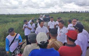Para pejabat meninjau lahan sawah di Desa Traheyan dan Desa Trans Bangdep