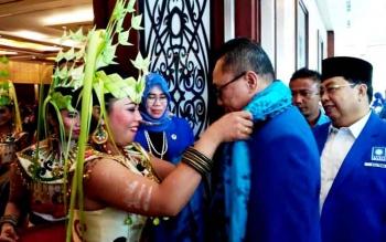 Ketua DPP PAN, Zulkifli Hasan saat menuju acara pelantikan DPD PAN se Kalteng di Swissbell Hotel Danum Palangka Raya, Kamis