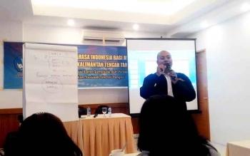 Penyuluh Bahasa Indonesia Basori saat menjadi pembicara dalam pelatihan Awak Media.