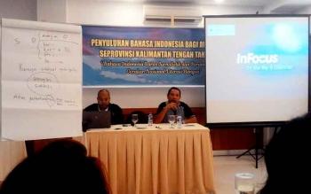 Basori dan Muston Sitohang, Petugas Balai Bahasa menyampaikan informasi kepada peserta Penyuluhan Bahasa Indonesia bagi Awak Media se-Provinsi Kalimantan Tengah, Kamis (9/3/2017)