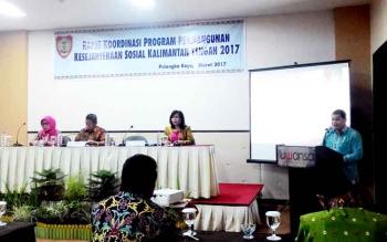 Guntur Talajan, Kadinsos Kalteng menyampaikan laporan kegiatan Rakornis Program Pembangunan Kesejahteraan Sosial, Kamis (9/3/2017) malam.