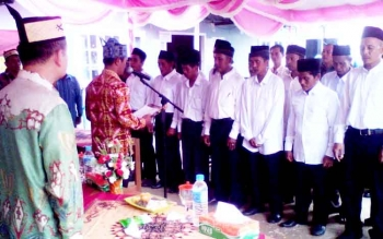 Camat Bataguh Budi Kurniawan melantik 9 Ketua RT di Kelurahan Manulau Kecamatan Bataguh, beberapa waktu lalu.