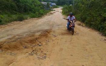 Jalan menuju SMKN 1 Kurun, Kabupaten Gunung Mas, rusak parah. Tahun ini juga itu akan dilakukan perbaikan.
