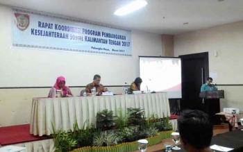 Kepla Dinas Sosial Provinsi Kalimantan Tengah Guntur Talajan menyampaikan laporan pada Rapat Koordinasi Program Penanganan Kesejahteraan Sosial Kalimantan Tengah di Palangka Raya, Kamis (9/3/2017) malam.
