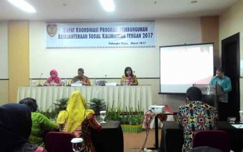Kepala Dinas Sosial Provinsi Kalteng Guntur Talajan saat menyampaikan laporan pada Rapat Koordinasi Program Penanganan Kesejahteraan Sosial Kalimantan Tengah di Palangka raya, Kamis (9/3/2017) malam.