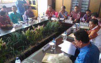 Bupati Gumas Arton S Dohong saat memimpin pertemuan dengan anggota DPRD Provimsi Kalteng.