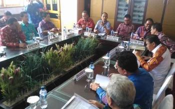 Bupati Gumas Arton S Dohong (dua dari kiri) bersama Wakil Bupati Gumas Rony Karlos dan ketua DPRD Gumer melalukan pertemuan dengan anggota DPRD Provinsi Kalteng