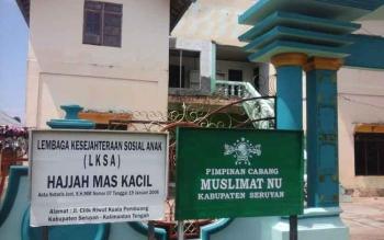 Papan nama panti asuhan Hajjah Mas Kacil Kuala Pembuang yang saat ini menampung sebanyak 30 anak.