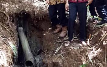 Pipa saluran pembuangan mandi, cuci, dan kakus PT Indo Mura Kencana mengarah langsung ke sungai di Desa Olung Muro, Kecamatan Tanah Siang Selatan, Kabupaten Murung Raya.
