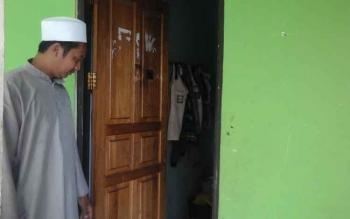 Pengasuh panti asuhan Hajjah Mas Kacil saat menengok kondisi kamar yang ditempati anak panti.