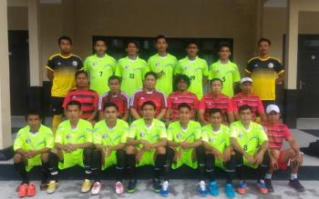 Sejumlah tim pelatih dan pemain Jelawat Sampit FC sebelum pertandingan.