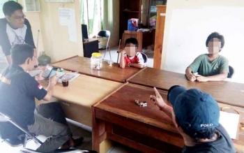 Dua bocah yang mengemis di lampu merah Jalan A Yani Pangkalan Bun menjalani pemeriksaan di Kantor Dinas Satpol PP dan Damkar Kobar.