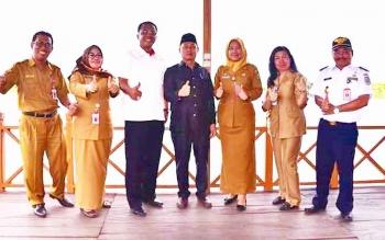 Sigit K Yunianto (ketiga dari kiri) saat berkunjung ke Pelabuhan Kereng Bangkirai bersama pejabat dinas