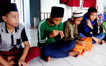 Sejumlah anak Panti Asuhan Hajjah Mas Kacil saat mengikuti bimbingan pengasuhnya.