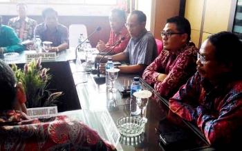 Ketua DPRD Gumas Gumer (paling kanan) saat pertemuan dengan anggota Komisi DPRD Provinsi Kalteng di ruang rapat lantai II Kantor Bupati Gumas, Jumat(10/3/2017).