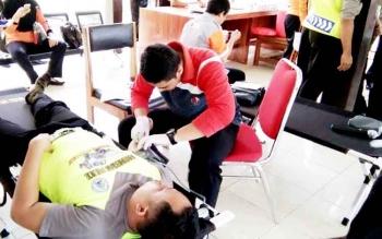 Tampak salahseorang anggota Polres Lamandau saat ikut ambil bagian dalam aksi donor darah.