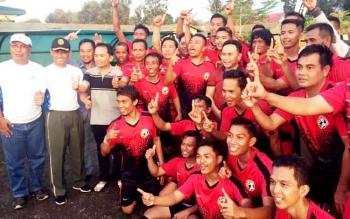 Gubernur Kalteng Sugianto Sabran berfoto bersama dengan pemain Jelawat FC, juara 1 turnamen sepak bola Panju Panjung Cup, di halaman Makorem, Jumat petang.