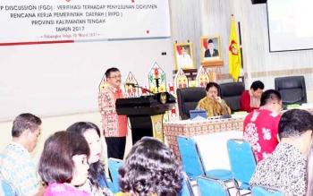 Kepala Bappedalitbang Kalteng, Herson B Aden, saat presentasi di depan dua peneliti dari Bappenas RI