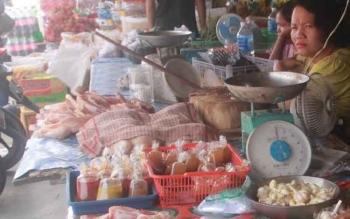 Penjual daging ayam ras di Pasar Kuala Kurun, Kabupaten Gunung Mas.