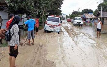 Salah satu ruas jalan di Desa Asam Baru, Kecamatan Danau Seluluk yang sudah mulai mengering pascabanjir.